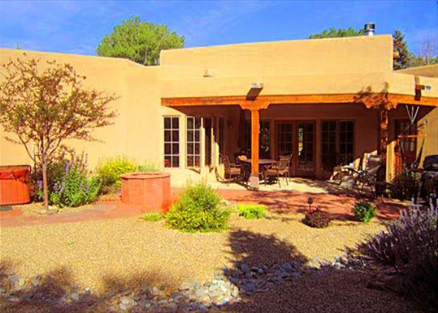 BELLA VILLA - Bella Villa In Town luxury upscale hot tub walk to plaza enclosed yard - Taos - rentals