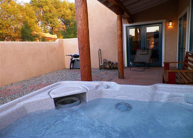 Private enclosed patio, hot tub and gas grill  - Casa Indigo - Walk to Town of Taos Hot tub - Taos - rentals