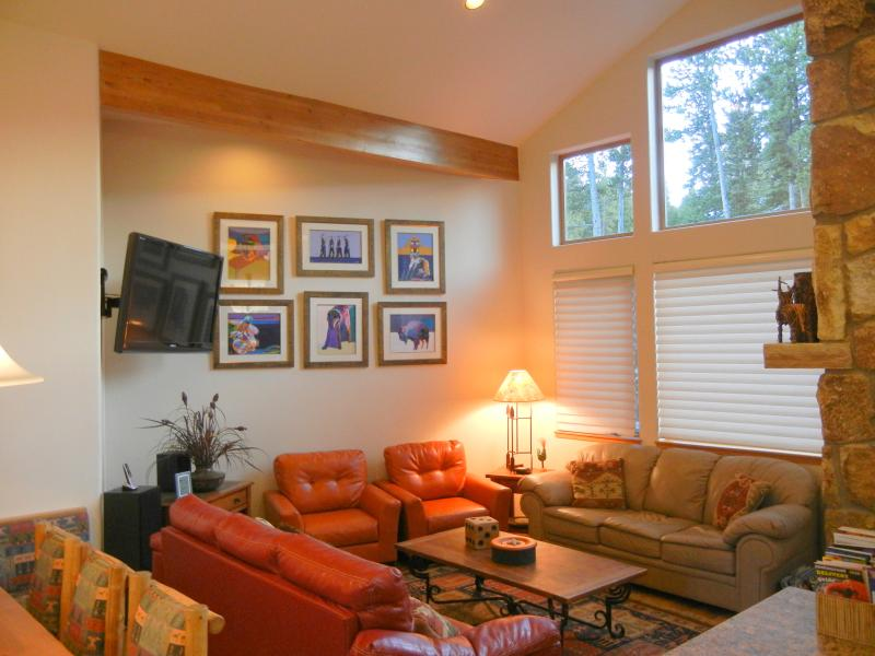 "Living room with 52 inch tv w/ Blu ray, DVR and DirecTv - A Ski~in/Out 3BR Den+3.5BA, 52"" Hd TV, Pvt Hot Tub - Breckenridge - rentals"