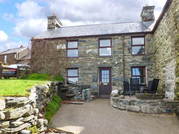 HENDY COTTAGE four poster bed, views, pet-friendly, close to beach in Llanbedr - Image 1 - Llanbedr - rentals
