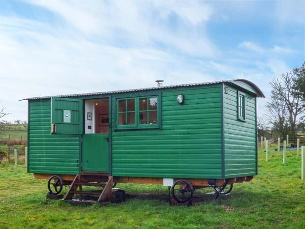 PEAT GATE SHEPHERD'S HUT, quirky holiday base with woodburner, WiFi, king-size bed, back to nature near Haltwhistle Ref 936738 - Image 1 - Haltwhistle - rentals