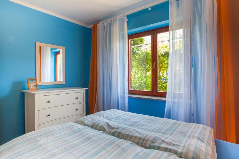 Bedroom with garden view - Cozy apartment, peaceful location - Cres - rentals