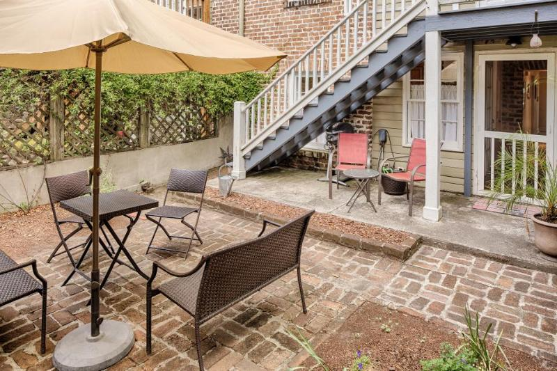 Romantic retreat w/ fireplace, close to Forsyth Park & the Historic District - Image 1 - Savannah - rentals