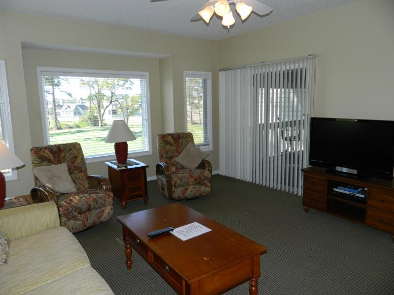 Living room and Flat Screen TV - Upscale Tidewater Clubhouse Villas-Great Rates! - North Myrtle Beach - rentals