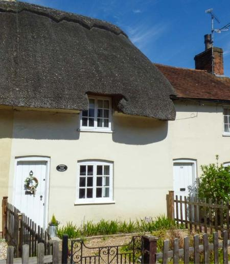PHOEBE'S COTTAGE, thatched cottage, character features, WiFi, pet-friendly, in Romsey, Ref 931624 - Image 1 - Romsey - rentals
