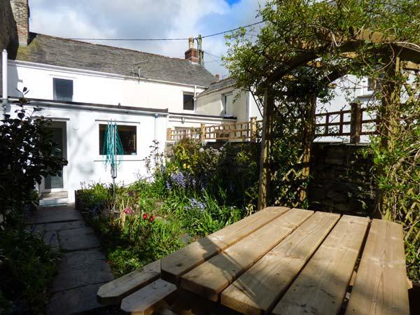 CHY EWN, central location, woodburner, lawned garden, in St Columb Major, Ref - Image 1 - Saint Columb Major - rentals