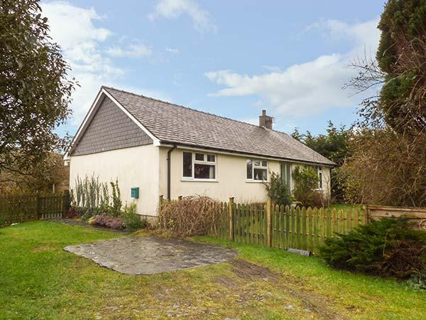 DOLAU modern bungalow, woodburner, WiFi, ideal for walks and cycling in Llwyngwril Ref 933788 - Image 1 - Llwyngwril - rentals