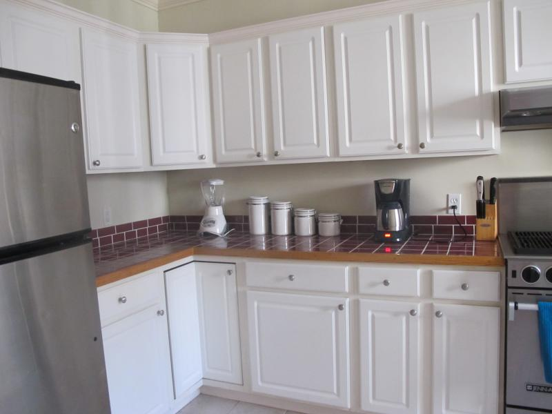 Fully equipped kitchen, complete with a lobster pot! - 4 bedroom townhouse - amazing Newport views! - Newport - rentals