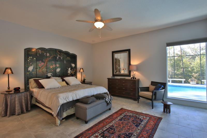 master bedroom king size overlooking pool - Pool Beach Home 4 Bedrms Walk Beach Flagler River - New Smyrna Beach - rentals