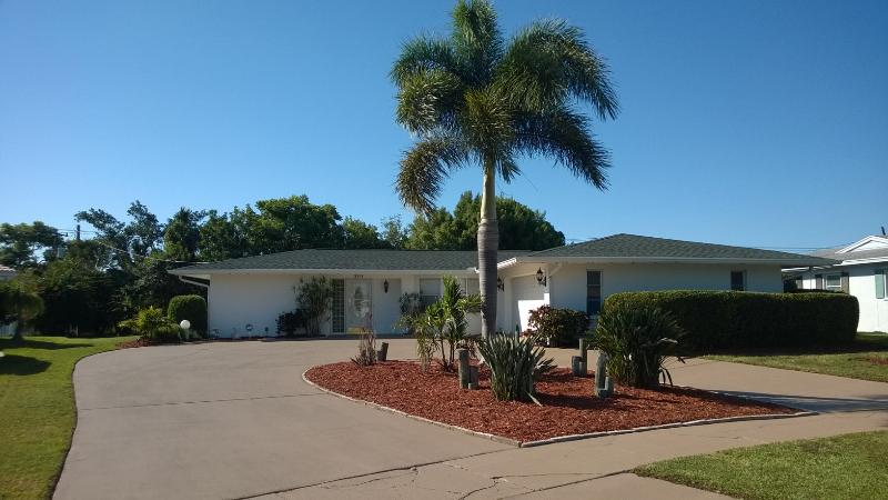 Quiet, clean and comfortable tropical pool home in Gulf Gate near Siesta Beach. - Tropical Pool Home Near Siesta Key, Pet Friendly! - Sarasota - rentals