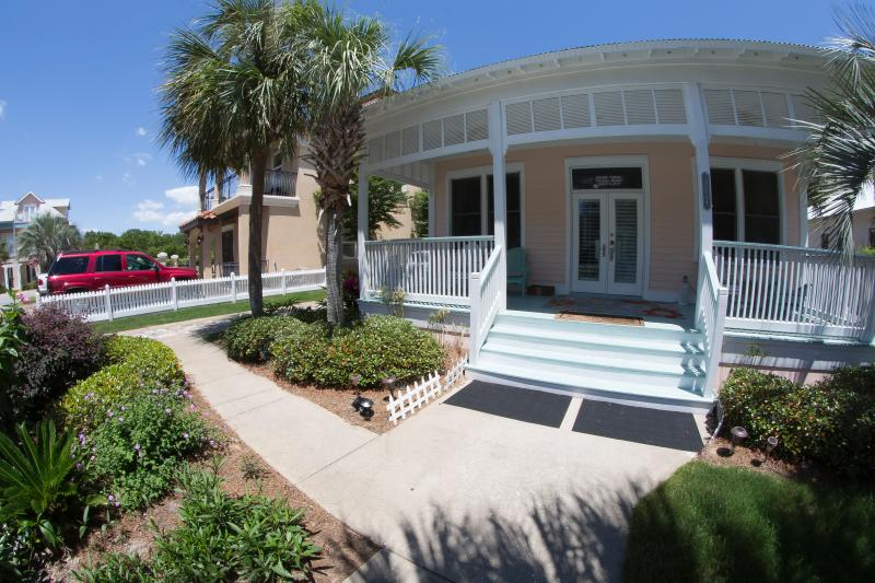 Beautiful Clap Board cottage with gracious south facing rocking chair porch - A Garden Cottage 5* DESTIN, 150yd to Beach SPECIAL - Miramar Beach - rentals