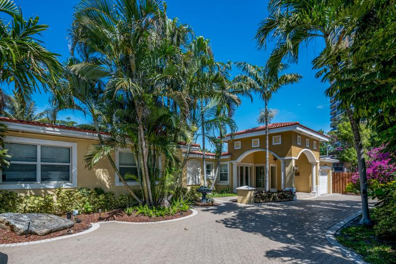 40 steps from the Beach! Tropical Retreat, 4BR, - Image 1 - Fort Lauderdale - rentals