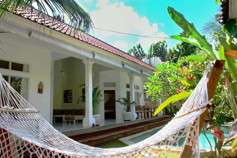 3 bedrooms with AC, 3 bathrooms, a private swimming pool, spacious living room & kitchen, a garage. - Casa de Maria 2 Seminyak, 3 min walk to beach - Seminyak - rentals