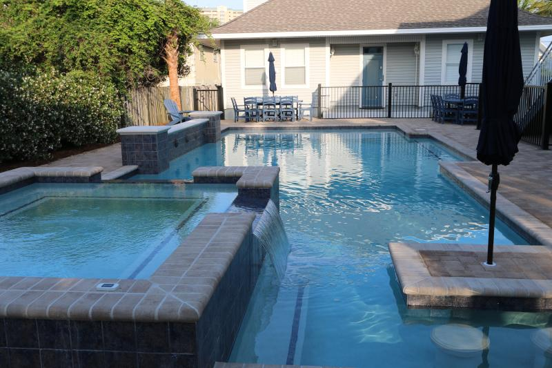 49x20 fantasy pool w/ huge hottub, table overlooking outdoor TV. Tanning shelf - 8 Br Luxurious House with Fantasy Pool sleeps 34 - Destin - rentals