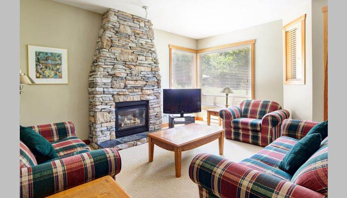 The living area had large windows, comfy furniture and a large feature fireplace - Panorama Riverbend 3 Bedroom Mountain Townhouse - Panorama - rentals