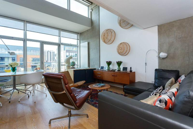 A smart and contemporary split-level penthouse apartment on the canal in East London. - Image 1 - London - rentals
