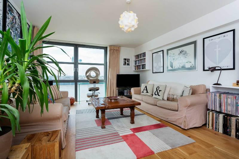 A smart and contemporary apartment with amazing river views in Limehouse - Image 1 - London - rentals