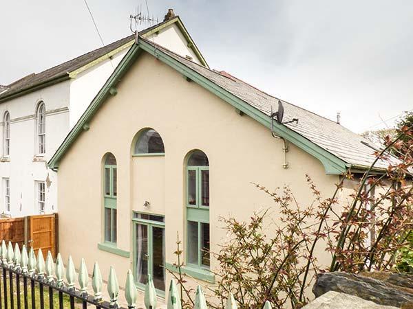 HEN FFESTRI, old chapel vestry conversion, parking, garden, in Penrhyndeudraeth, Ref 932808 - Image 1 - Penrhyn Deudraeth - rentals
