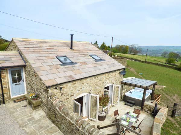 THE CROFT, stone-built, Juliet balcony, hot tub, parking, garden, in Haworth, Ref 924285 - Image 1 - Haworth - rentals