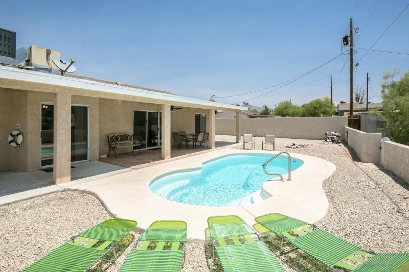 Backyard w/ private natural gas heated Pool & covered patio area w/ ceiling fans - Spacious 3bed/3bath home w/ Heated Pool - Lake Havasu City - rentals