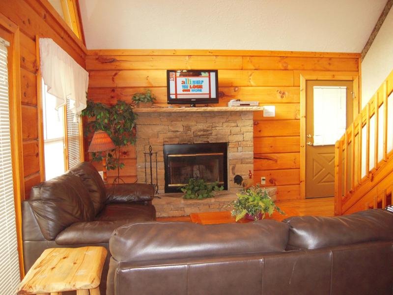 This easy entry Great Room has a wood burning fireplace and comfortable sofas - COUNTRYSIDE close to Dollywood with FREE Wi-Fi! - Pigeon Forge - rentals