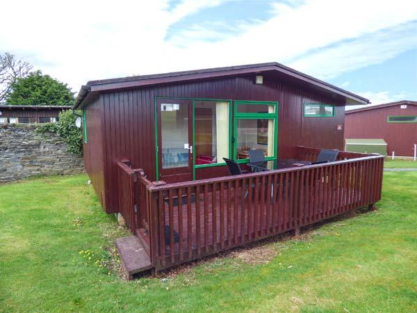 CHALET 18, charming wooden chalet on holiday park, parking, patio, in Liskeard, Ref 936582 - Image 1 - Liskeard - rentals