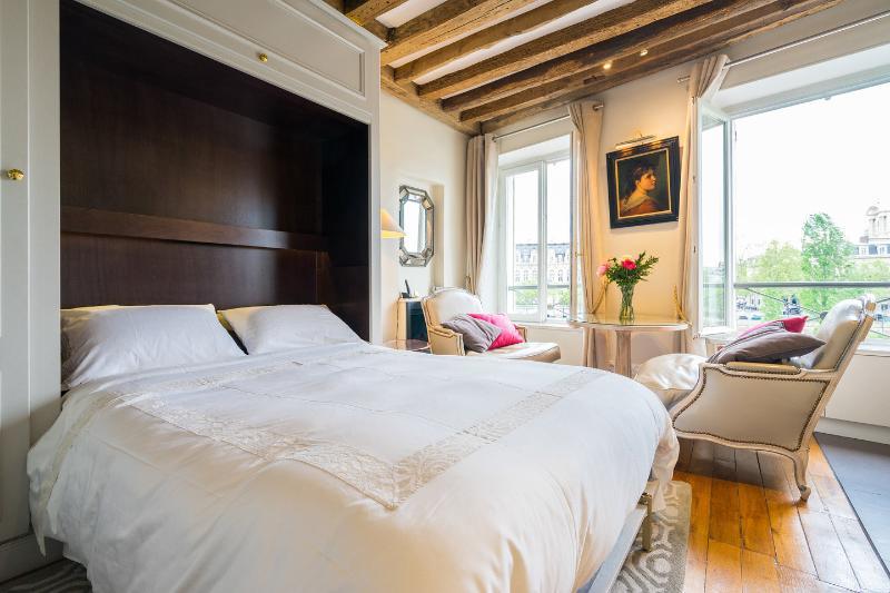 The Master Bedroom - Notre Dame Apt w/River views! 35% disc Nov-Jan-Feb - Paris - rentals