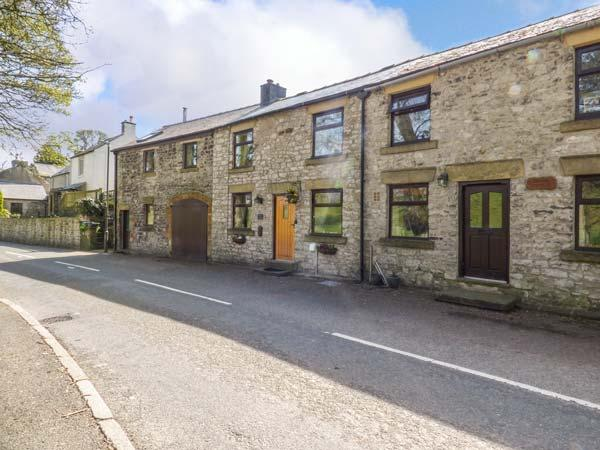 BARR COTTAGE, mid-terrace, patio, WiFi, in Tideswell, Ref 917888 - Image 1 - Tideswell - rentals