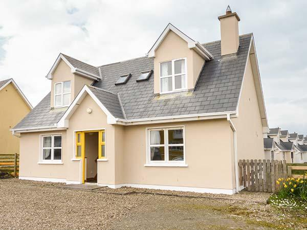 BONNIE DOON, solid fuel stove, short walk to beach, ground floor bedrooms, Kilkee, Ref 936315 - Image 1 - Kilkee - rentals