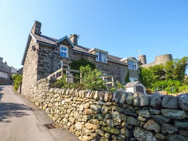 SNOWDON VIEW, stone cottage, woodburner, decked balcony, off road parking, in Harlech, Ref 934685 - Image 1 - Harlech - rentals