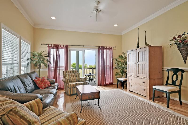 Spacious family room with access to screened-in porch. - 3 bdrm townhome, gorgeous views, walk to town - Folly Beach - rentals