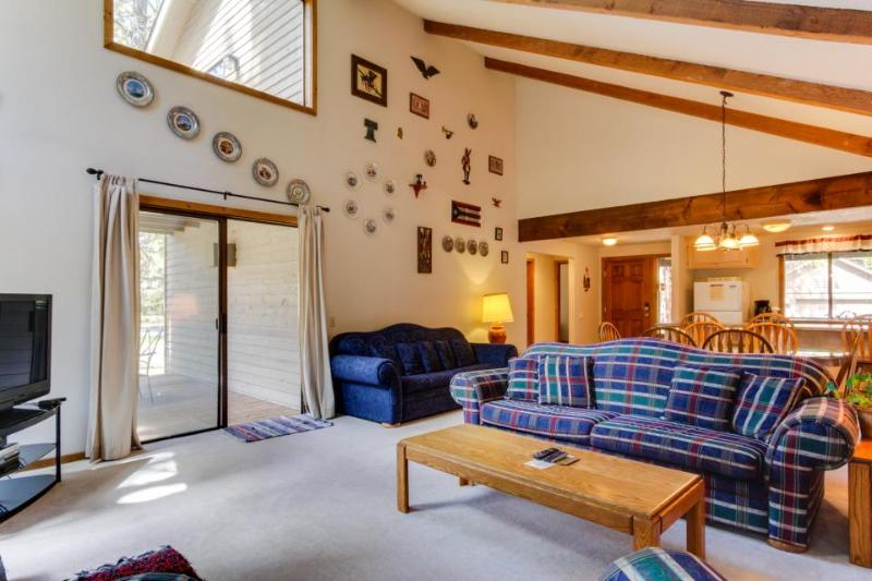 Cozy house with private hot tub and lovely deck in natural setting! - Image 1 - Sunriver - rentals