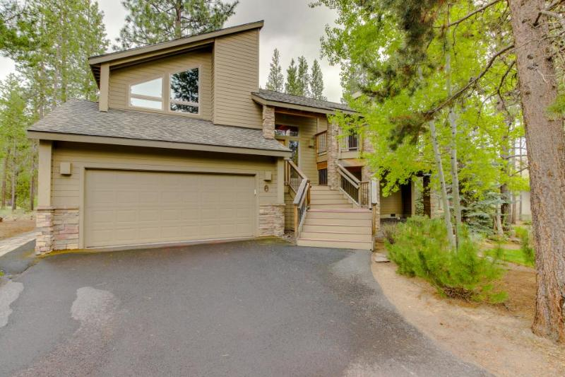 Beautiful Sunriver home with private hot tub and SHARC passes! - Image 1 - Sunriver - rentals