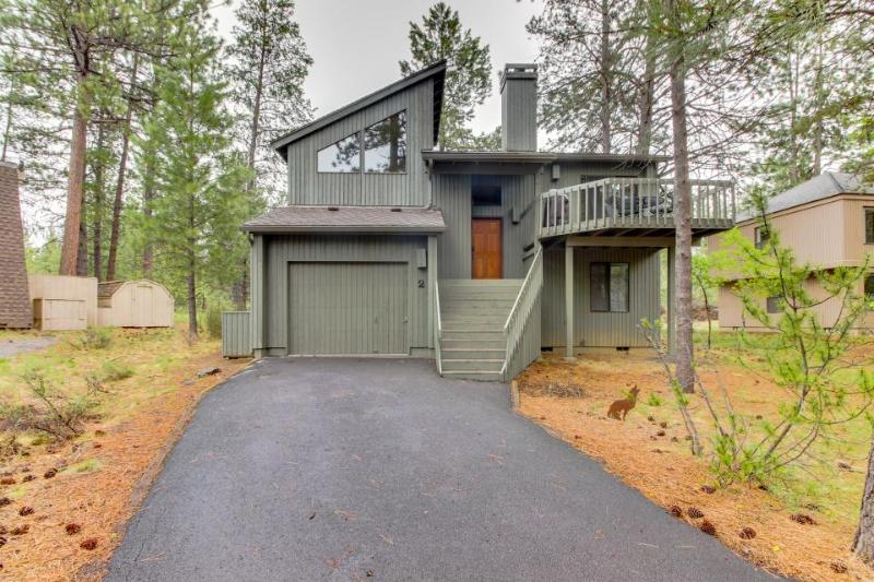 Adorable Sunriver cabin with private hot tub and SHARC passes! - Image 1 - Sunriver - rentals