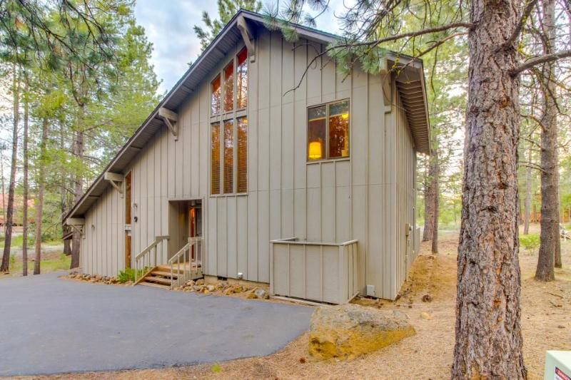 Cozy Sunriver cabin w/private hot tub & wood fireplace, SHARC passes! - Image 1 - Sunriver - rentals