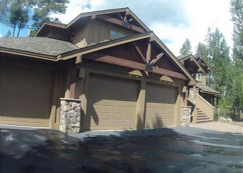Spacious, warm house w/private hot tub, gourmet kitchen, SHARC passes! - Image 1 - Sunriver - rentals