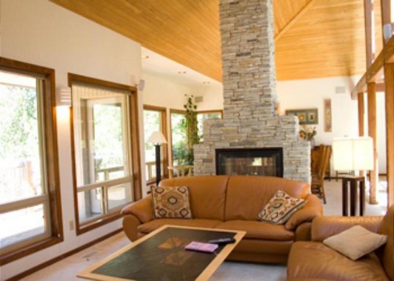 Golf course views w/ a private hot tub, sauna, deck & patio! - Image 1 - Sunriver - rentals