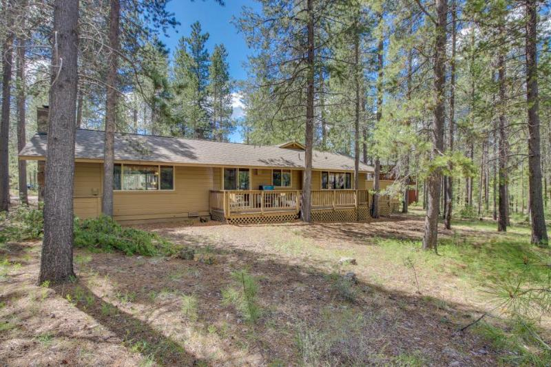 Rustic, dog-friendly cabin in the woods w/ private hot tub and game tables - Image 1 - Sunriver - rentals