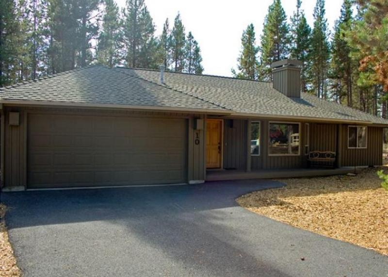 Classic Sunriver home with private hot tub & SHARC access! - Image 1 - Sunriver - rentals