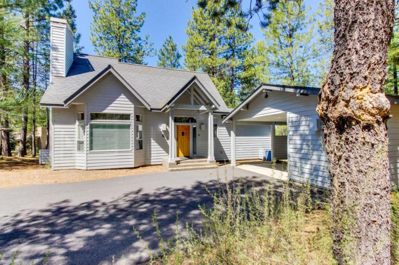 Cozy home among the pines w/ private hot tub - convenient location! - Image 1 - Sunriver - rentals