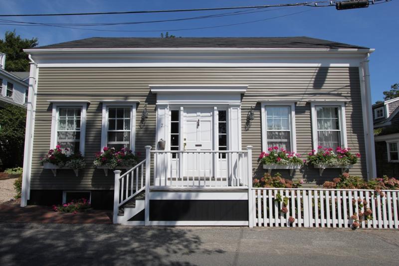 3 Bedroom 4 Bathroom Vacation Rental in Nantucket that sleeps 8 -(3504) - Image 1 - Nantucket - rentals