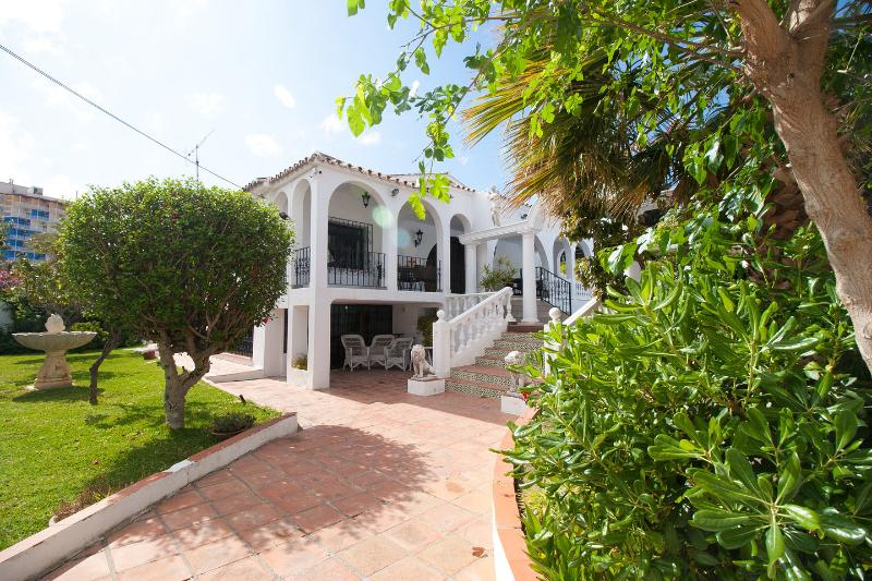 View of the house from the entrance gate - Secluded 7 Bedroom Villa, Wi-Fi, Private Pool + + - Fuengirola - rentals
