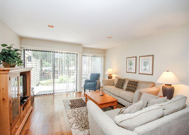 Greens 140, 2 Bedrooms, Large Pool, Golf Views, Walk to Beach, Sleeps 6 - Image 1 - Hilton Head - rentals