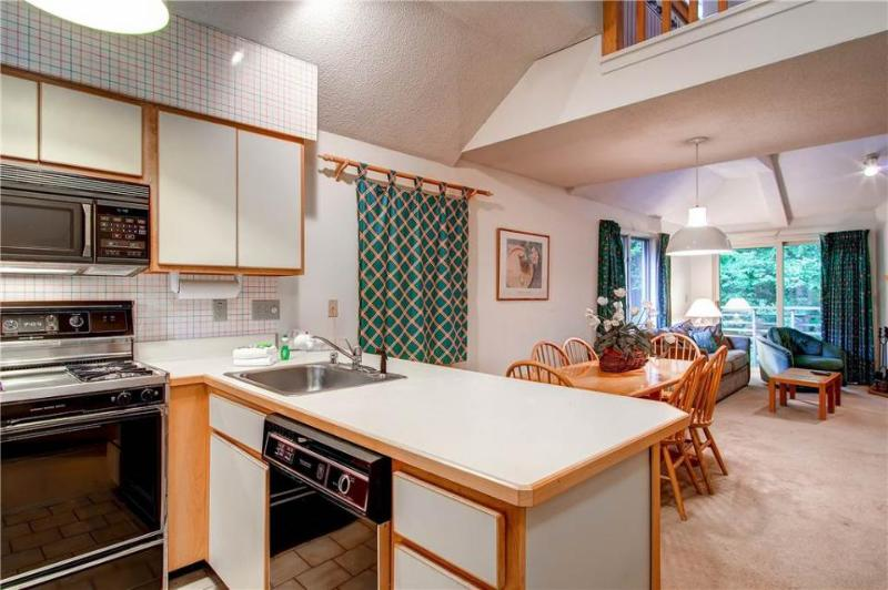 A shared indoor pool, hot tub, gym & shuttle to the slopes! - Image 1 - Killington - rentals
