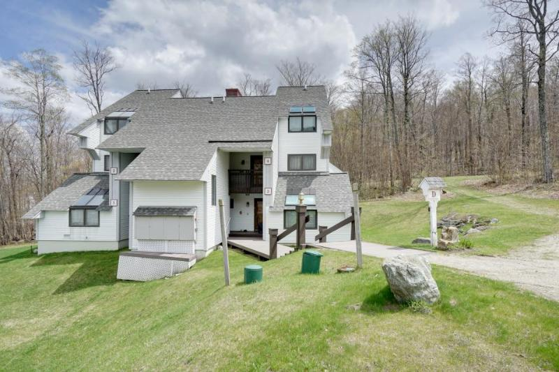 Ski-in/ski-out Sunrise townhome with pool & hot tub access! - Image 1 - Killington - rentals