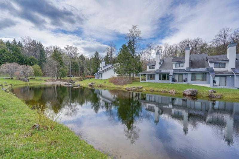 Cozy townhome w/ sauna, a shared pool and hot tub, close to two mountain resorts - Image 1 - Killington - rentals
