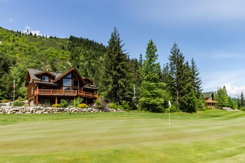 Family-friendly lodge w/ private hot tub, golf course views & skiing nearby! - Image 1 - Plain - rentals