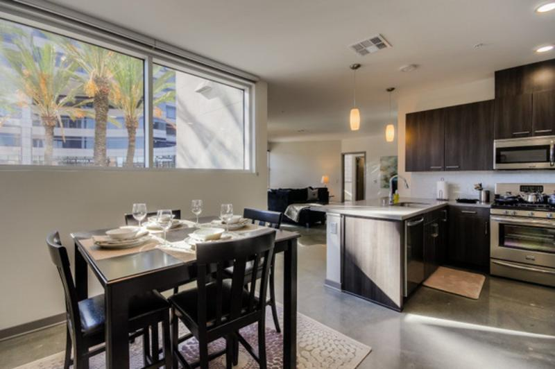 SPOTLESS AND SPACIOUS FURNISHED 2 BEDROOM 2 BATHROOM APARTMENT - Image 1 - Glendale - rentals
