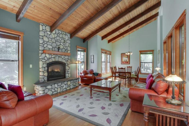 Great home w/ stunning kitchen, private hot tub, large deck! 10 SHARC passes! - Image 1 - Sunriver - rentals