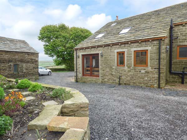 UPPER PEAKS COTTAGE, detached, 17th century, woodburner, character features, near Slaithwaite and Marsden, Ref 915369 - Image 1 - Meltham - rentals